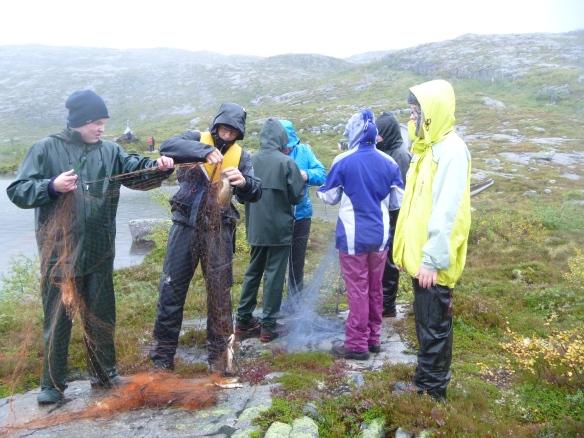Elever og nasjonalparkforvalter Rolf Jøran Forsmo greier ut garn etter storfangsten!