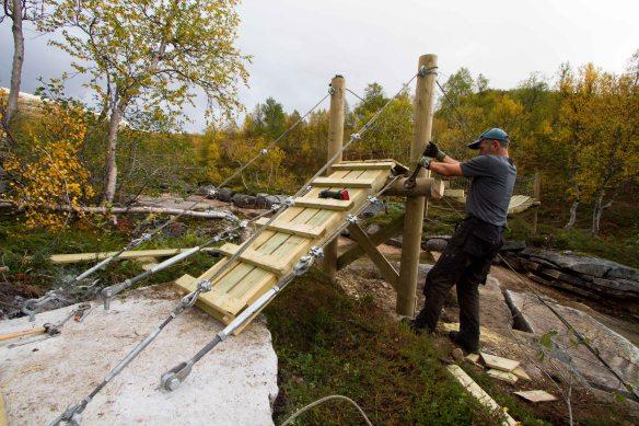OG etter litt arbeid blir materialene til bru - som behørig festes og strammes av naturoppsyn Carl Norberg