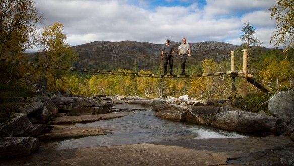 Naturoppsyn i Lomsdal Visten, Carl Norberg og Lars Lorentzen fra Fjelltjenesten er godt fornøyde med ny bru!