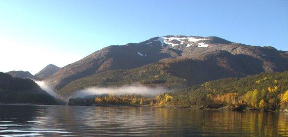 På veg inn Vistenfjorden troner Vistmannen.