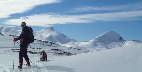 Når du kommer opp på Holmfjellet får du etterhvert panoramautsikt mot Visttindan