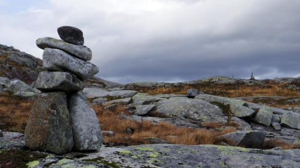 Gamle varder viser veg (foto: Kjell Iver Johansen)
